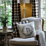 Декоративные подушки на мягком кресле