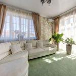 Светло-зеленое покрытие пола в просторной гостиной