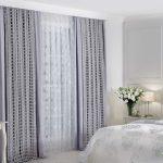 Светло-сиреневые занавески в спальном помещении