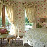 Интерьер спальни с обоями в цветочек