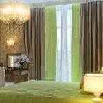 Зеленые шторы в дизайне спальни