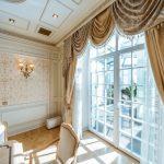 Оформление шторами окна французского типа