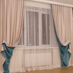 Двухслойные занавески на окне зала
