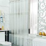 Прозрачная занавеска из полиэтилена в ванной