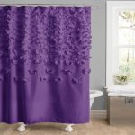 Фиолетовая занавеска с декором в ванной комнате