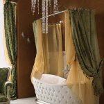 Плотные портьеры над ванной в частном доме