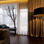 Сухое дерево в интерьере комнаты