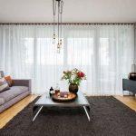 Серый ковер на полу гостиной