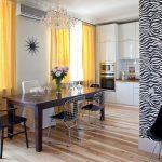 Желтые занавески на окне кухни-столовой
