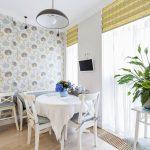 Римские шторы в кухне столовой