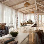Гостиная с деревянным потолком в частном доме