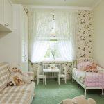 Декор окна в детской комнате