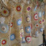 Разноцветные узоры на вязаной шторке