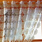 Вязаная шторка из тонких белых ниток