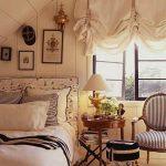 Спальня с французскими шторами на окне