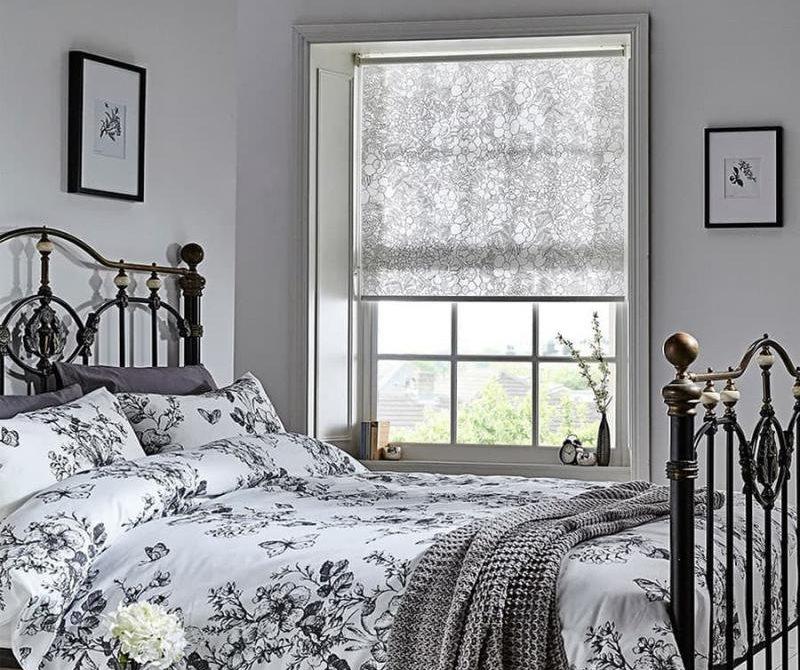 Интерьер спальни с рулонной шторой из хлопка