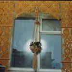 Оригинальный декор окна в загородном доме