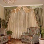 Интересное сочетание бежевого и зеленого для штор в гостиную
