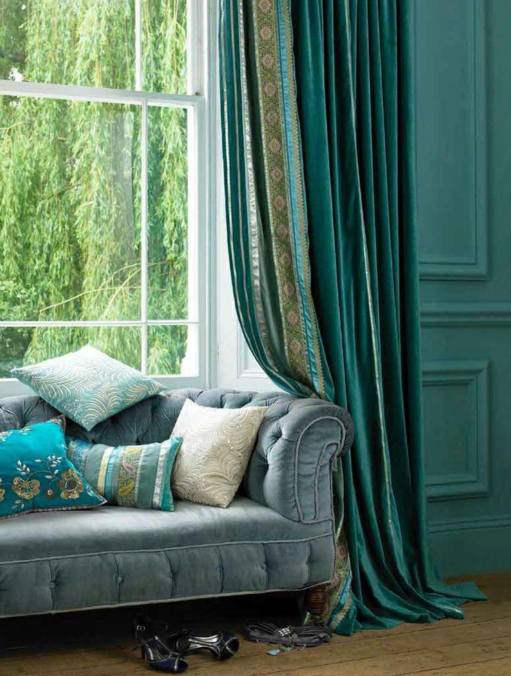 Изумрудные портьеры на окне рядом с диваном