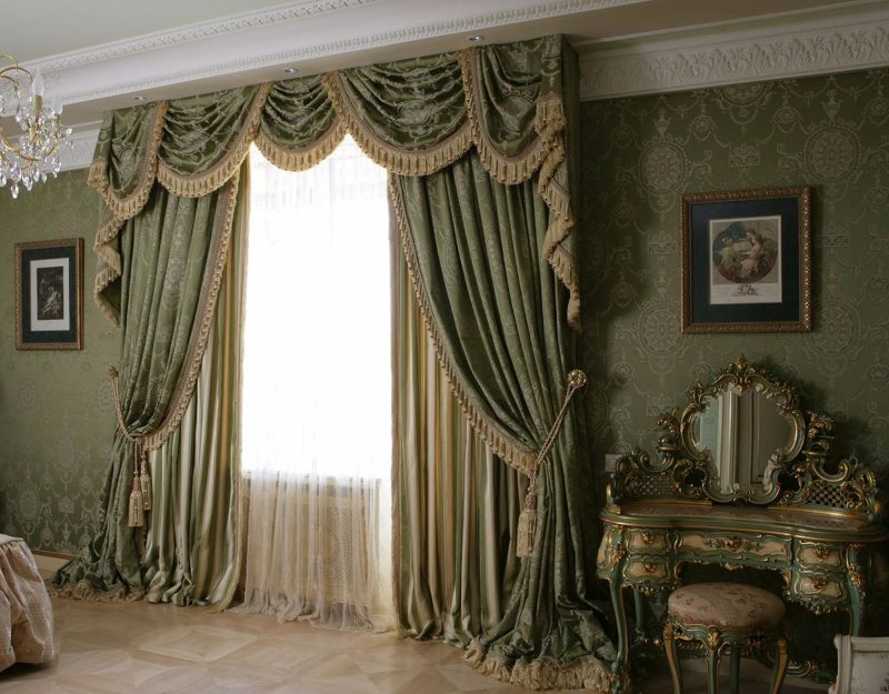 Оформление шторами окна спальни в классическом стиле