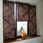 Коричневая шторы рулонного типа с рисунком на тройное окно