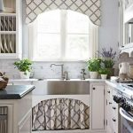 короткие шторы на кухне интерьер