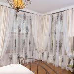 Красивое оформление угловых окон в спальне