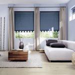 Красивые темно-синие рулонные шторы в гостиную