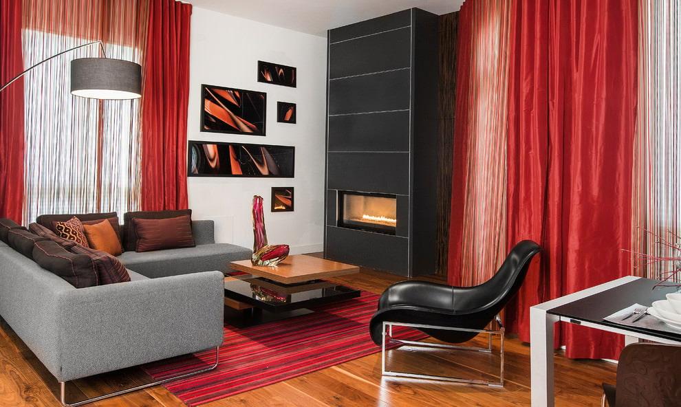 Дизайн гостиной с красным тюлем