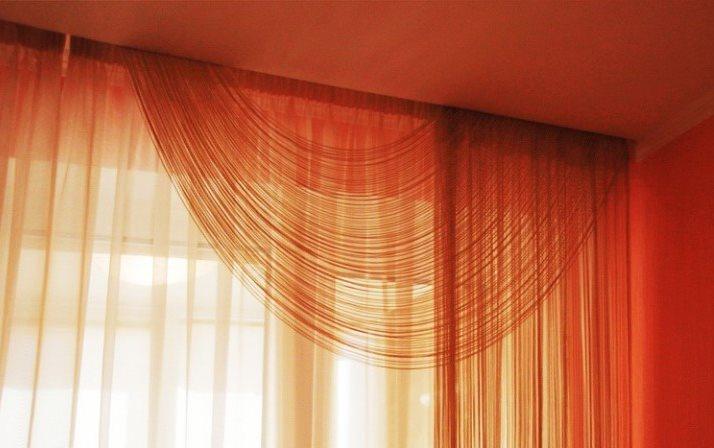 Ламбрекен из кисеи на окне гостиной в городской квартире