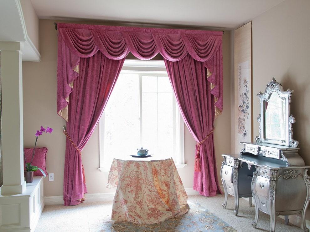 Розовый ламбрекен в женской спальне