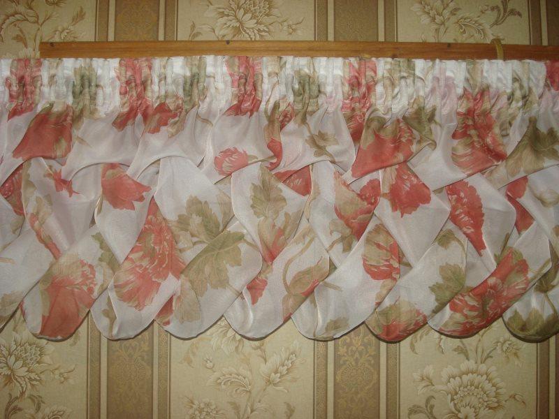 Буфы-плетенка на ламбрекене для окна в гостиной