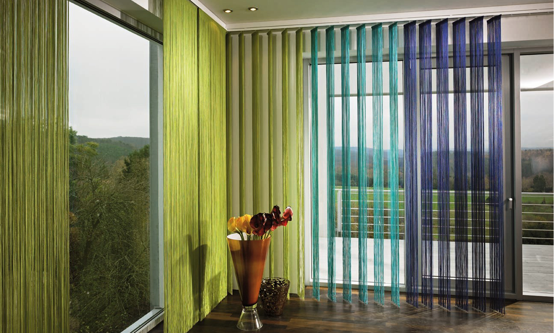 нити шторы в современной гостиной