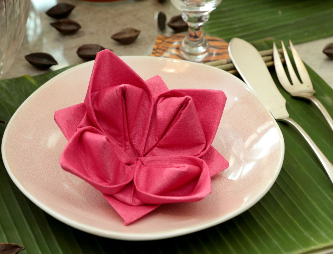 оформление стола салфетками оригами