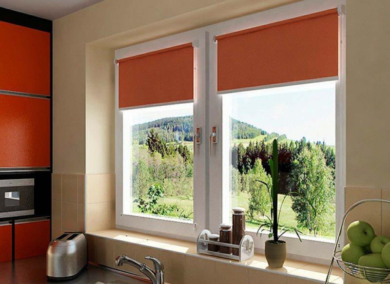 Оранжевый рулонные шторы над кухонной мойкой