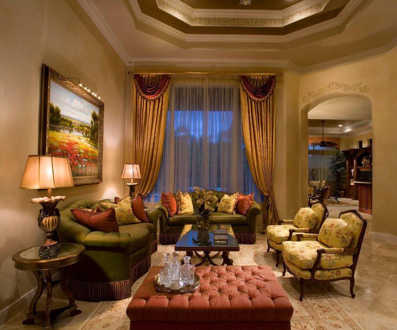 Интерьер гостиной с золотистыми шторами и прозрачным тюлем