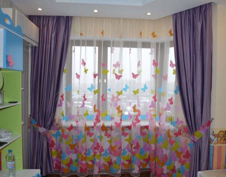 Пестрый рисунок на полупрозрачном тюле в детской комнате