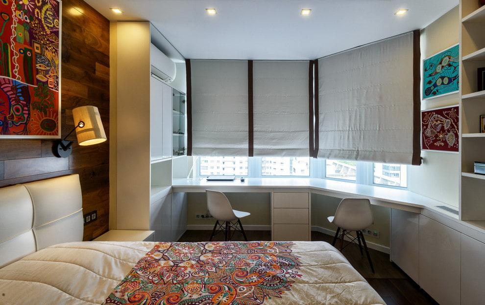 Серые римские шторы на окне современной спальни