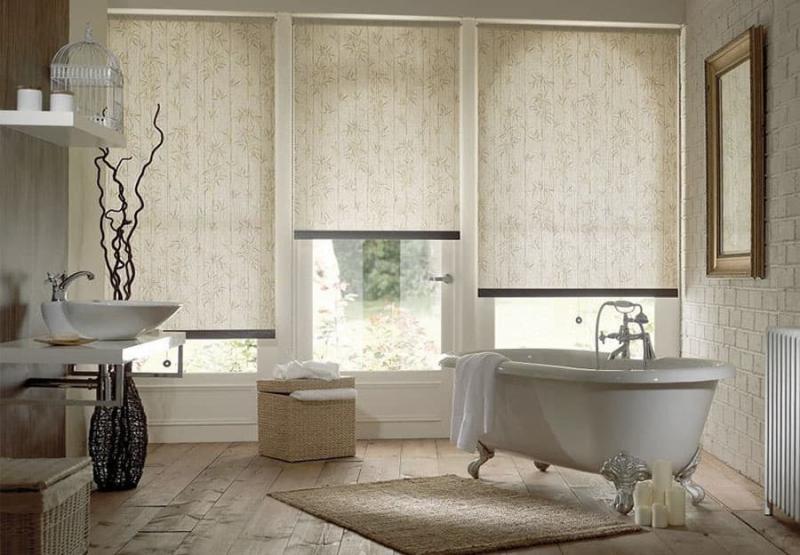 Интерьер ванной комнаты с рулонными шторами