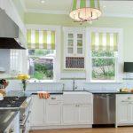 Полосатые шторы на узкие окна на кухне