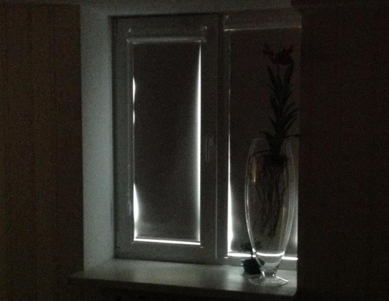 Светозащитные рулонные шторы на пластиковом окне