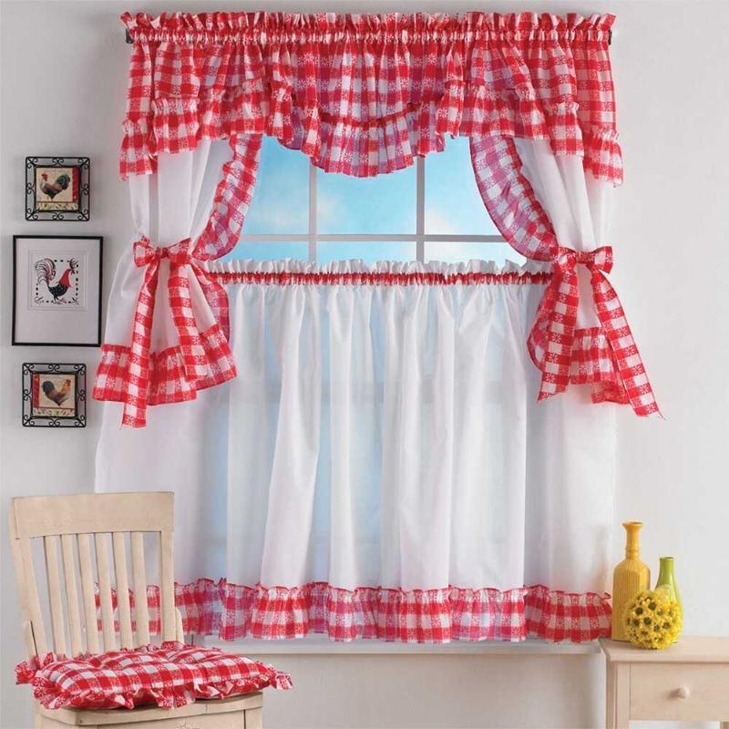 Красно-белые занавески для кухни сельского дома