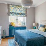 Интерьер спальни с римской шторой в цветочек