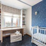 Синие обои на стене детской комнаты