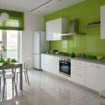 Линейная кухня с зелеными стенами
