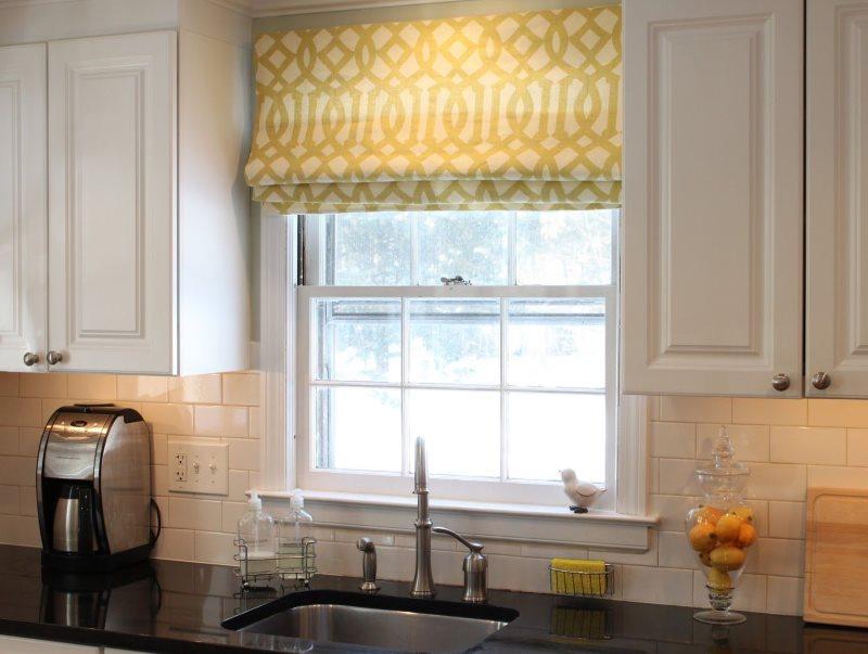 Римская штора с геометрическим принтом на кухонном окне