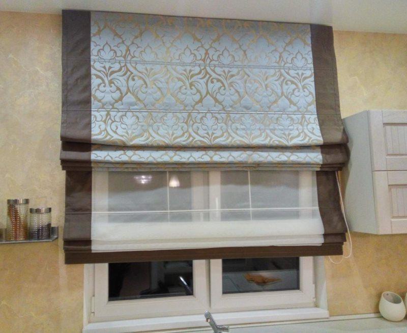 Кухонное окно с двойной римской шторой