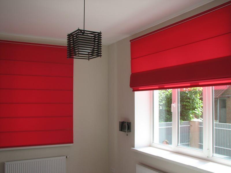 Красные шторы римского типа на окнах частного дома