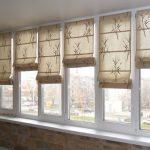 Римские шторы с бамбуком для балконного окна