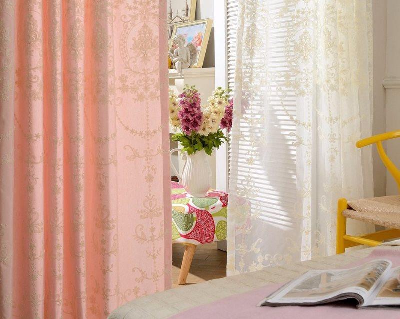 Розовая штора в зонировании спальной комнаты